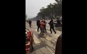 桂林女城管当街殴打老人是怎么回事 桂林女城管当街殴打老人