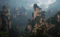 张家界是中国最唯美的自然景区,这里的奇山异石非常多,特别是高耸入云的独特山峰,给人一种外星球的原始地质感。