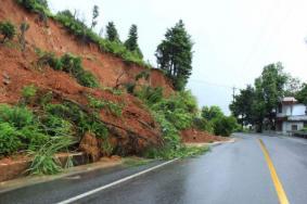 5月云南迪庆暴雨塌方路段及交通管制